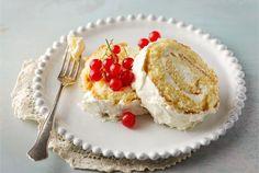 Sitruunainen kääretorttu  ✦  Kirpeä sitruunanmaku tekee tästä kääretortusta ihanan raikkaan ja kepeän. http://www.valio.fi/reseptit/sitruunainen-kaaretorttu/