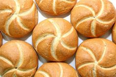 Ein köstliches Kaisersemmel zum Frühstück ist d. activities aesthetic appetizers cards clothes ideas cookies day decorations table drinks food for home menu nails party poster recipes rolls sides traditions turkey Yeast Bread Recipes, Bread Machine Recipes, Austrian Recipes, Austrian Food, Vegan Thanksgiving, Thanksgiving Drinks, Thanksgiving Appetizers, Bread Rolls, Rolls Recipe