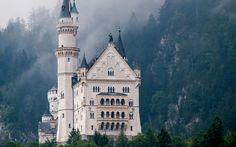 castelli Neuschwanstein di Ludwig II di Baviera -Ludwig II ha fatto costruire tre castelli, specchio della sua personalità e delle sue passioni storiche, artistiche e musicali. Tra i monumenti più visitati della Germania, i castelli di Neuschwanstein, Linderhof ed Herrenchiemsee sono un inno alle antiche leggende germaniche, musicate da Wagner, e all'epoca d'oro dell'assolutismo e della Francia di Luigi XIV, il Re Sole.  Cerca con Google
