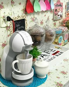Cantinho do café: 71 ideias incríveis para você organizar o seu (FOTOS) Coffee Bars In Kitchen, Coffee Bar Home, Home Coffee Stations, Coffee Corner, My Coffee, Coffee Shop, Cafe Bar, Home Decor Kitchen, Diy Home Decor