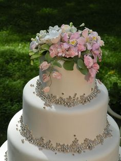 Delicate details on beautiful wedding cake