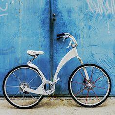 """Rower na przyszłość. Fanów rowerowych znamy wielu. Nie zastanawiamy się jednak głębiej nad budową roweru - rama, dwa koła, łańcuch, hamulce. A rower może mieć różne oblicza. Dla młodych wizjonerów widocznie ta budowa wydała się nudna. Pojawiają się na rynku rowery, których konstrukcja wygląda jak z kosmosu. A także spotkać się można z planami prototypów rowerów """"nowej generacji"""", które już nie służą tylko do jeżdżenia, ale również do biegania. Kliknij w zdjęcie i czytaj dalej !"""