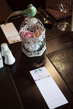 Entre as tonalidades suaves de rosa, verde menta e branco, abundaram os passarinhos e as flores que invadiram todo o espaço, desde a decoração, ao bolo, aos doces e aos restantes apontamentos.