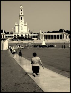 Honoring promises - people walking on there knees Las Azores, Places Around The World, Around The Worlds, Fatima Portugal, Water Org, La Salette, Portuguese Culture, Lady Of Fatima, Douro