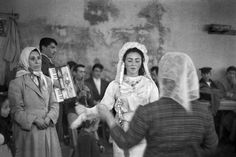 Hochzeit einer Einwandererfamilie in Taşlıtarla, 1959  |  © Ara Güler/Galerie Hilaneh von Kories Die neuesten Fotostrecken:      Fotograf...