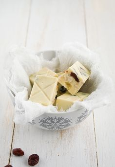 Nougat (turron) with white chocolate, berries and hazelnuts White Chocolate Desserts, Chocolate Blanco, Love Chocolate, Candy Recipes, Sweet Recipes, Dessert Recipes, Nougat Recipe, Best Party Food, Homemade Candies