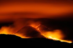 Vulcão do Monte Etna entra em erupção na região da Sicília, Itália - http://glo.bo/1073eR6 (Foto: AP Photo/Salvatore Allegra)