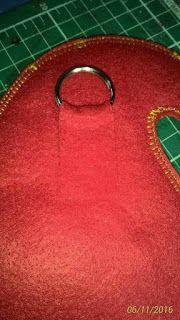 Meu Mundo Craft: Enfeite de porta Noel Manta Polar, Projects To Try, Christmas Decorations, Santa, Lily, Tote Bag, Xmas, Mundo Craft, Sewing
