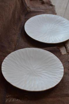 「山本忠正展 ~伊賀今昔~ 白い器と土鍋~」(11/10~22)の5日目。本日ご紹介するのは白い皿と鉢です。伊賀の伝統を引き継ぐ土鍋や土瓶と比べると、この...