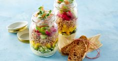 Lækker og flot salat på glas der er velegnet til at tage med på farten. Det gør den ideel til udflugter og picnic eller prøv den som madpakke - den skal nok imponere på kontoret eller værkstedet! Salaten kan desuden varieres i det uendelige, afhængig af hvad du har i køleskabet.