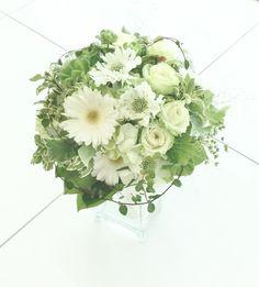# Vress et Rose # Wedding # white # Round # bouquet #clutch bouquet # natural# Flower # Bridal # ブレスエットロゼ #ウエディング# ホワイト#グリーン#シンプル #クラッチ# ブーケ# ナチュラル#小花#ガーベラ#スカビオアサ# ブライダル#結婚式