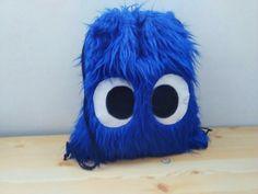 SUPER MOCHILA PELUDA!!!!!!!!!!!!  La más bonita para los niños, en azul o rosa, hecha con peluche de pelo largo con unos simpáticos ojos. Forrada por dentro con tela suave.  Medidas:  Alto: 43 cm Ancho: 38 cm