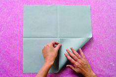 Du poisson au menu ? Voici un pliage de serviette original et idéal pour décorer la table et ouvrir l'appétit de vos convives.  1. Dépliez la serviette carrée bien ...