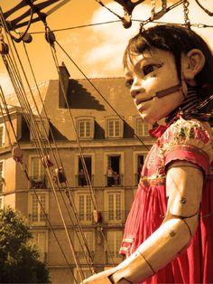 """La petite géante, marionnette symbolique des cavalcades conçues par la Troupe de Théatre de rue """" Royal de Luxe """""""