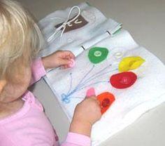 Přiřazování balónků na správné místo: poznávání barev. Barva balónku souhlasí se stejnou barvou knoflíku.