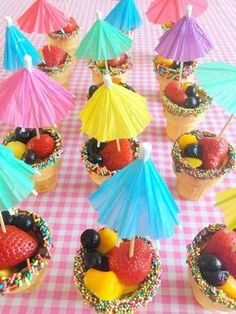 / Healthy treat for t… Treat tip for toddlers & preschoolers: Ice-cream tubs with fruit! / Healthy treat for toddlers: ice cream lookalike fruit! Healthy Birthday Snacks, School Birthday Treats, Healthy Treats For Kids, Healthy Toddler Snacks, Birthday Desserts, Snacks Für Party, Healthy Kids Party Food, Veggie Snacks, Cute Food