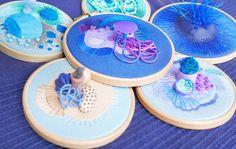 Bordado Artístico: Para Além da Função Decorativa Plates, Tableware, Art Pieces, Contemporary Art, Traditional Frames, Abstract Embroidery, Ceramic Painting, House Party, Sculptures