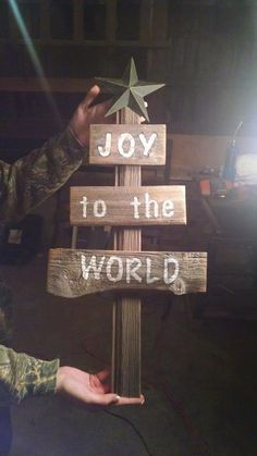 Barn wood Chrismas tree with a message! Barn wood Chrismas tree with a message! The post Barn wood Chrismas tree with a message! appeared first on Pallet Diy. Pallet Christmas, Christmas Signs, Christmas Projects, Holiday Crafts, Christmas Diy, Christmas Decorations, Christmas Crafts To Sell Make Money, Christmas Crafts To Sell Bazaars, Holiday Decor
