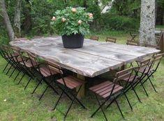 Tables de jardin originales, insolites, recyclées, Avec de grandes planches de bois vous obtenez une table de jardin géante.