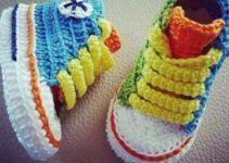 Crochet baby converse pattern ravelry Ideas for 2019 Crochet Baby Clothes Boy, Crochet Baby Booties, Knitted Booties, Baby Converse, Converse Style, Galaxy Converse, Converse Chuck, Crochet Simple, Crochet For Kids