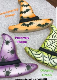 Frosting white, spray black bats then spray coloring at edges Witch Hat Cookies, Fall Cookies, Iced Cookies, Holiday Cookies, Halloween Cookies Decorated, Halloween Sugar Cookies, Halloween Cakes, Halloween 2018, Fall Halloween