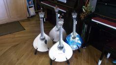 Boa tarde! Quer comprar uma guitarra portuguesa? Venha ao Salão Musical de Lisboa ou consulte o nossos site www.salaomusical.com . Temos guitarras Artimúsica, APC e Lágrima.