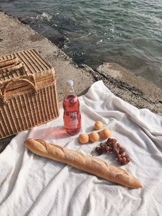 Samantha de la O summer fragrance, scent, perfume ideas and inspiration for Karen Gilbert Picnic Date, Beach Picnic, Summer Picnic, Summer Aesthetic, Aesthetic Food, Still Life Photography, Food Photography, Zermatt, Aesthetic Pictures