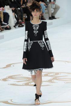 Новая коллекция Chanel haute couture осень-зима 2014-2015 напоминает тему с вариациями: все выходы (а их было 71) Карл Лагерфельд разделил на логические части. Вначале мэтр продемонстрировал приверженность стилю дома моды Chanel: