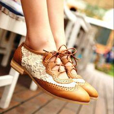 Preciosos zapatos bajos bicolor.