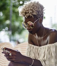 Ladies, try to fall in love again with your natural afro hair. Have a look at all these Afro hair inspiration images that we've collected for you, enjoy! Natural Hair Journey, Natural Hair Care, Natural Hair Styles, Blonde Natural Hair, Natural Beauty, Pelo Natural, Au Natural, Natural Texture, Natural Hair Inspiration
