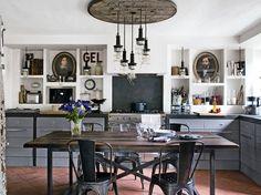 Una casa de campo industrial. Cocina con retratos Una casa de campo industrial