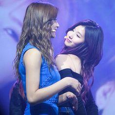 Look at the gaze they have for each other . Tzuyu And Sana, Sana Minatozaki, Twice Kpop, Twice Sana, Tzuyu Twice, Wattpad, One In A Million, Nayeon, Korean Girl Groups