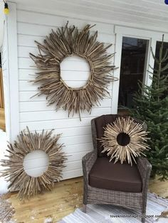 Tove Kristin's Garden: Inspiration for decorations in the garden and indoors. Driftwood Wreath, Driftwood Projects, Driftwood Art, Twig Crafts, Wood Crafts, Diy And Crafts, Twig Art, Fall Containers, Autumn Display