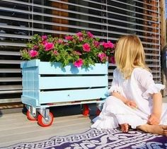 Upgrading wooden crates can be a cheap way to create unique pieces for your home. Many families can find wooden crates. They are the perfect choice for making all kinds of furniture. Almost all furniture can be made in crates. Pallet Planter Box, Pallet Boxes, Pallet Crates, Planter Boxes, Wood Pallets, Garden Pallet, Wagon Planter, Pallet Gardening, Box Garden
