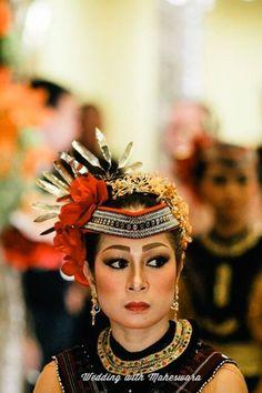 Busana adat penari Tor Tor dalam pernikahan adat Batak Mandailing Sumatra Utara.