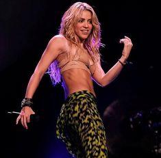 Shakira Body, Shakira Photos, Famous Hispanics, Shakira Mebarak, Female Guitarist, Famous Singers, Star Girl, Belly Dancers, Kate Beckinsale