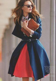 Красная пышная юбка и синее пальто