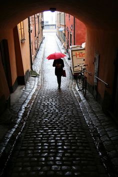 Classical motive of Stockholm in Gamla Stan. I love love love rainy days in Stockholm! Places Around The World, Oh The Places You'll Go, Great Places, Places To Travel, Places To Visit, Around The Worlds, Sweden Stockholm, Beautiful World, Beautiful Places