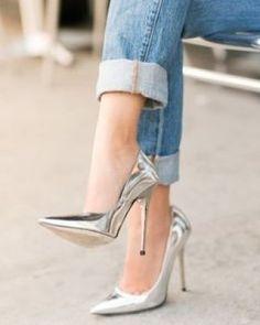 Scarpins prateados dão um belíssimo toque ousado e futurista em qualquer composição de look. Até uma camiseta com jeans vai ganahr uma repaginada com esse tipo de sandália.