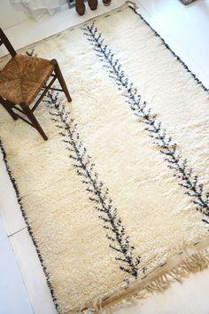 モロッコラグ ボ・シャルウィット ボ・シャラウィット アジラル beni ouarain ベニワレン ウール フレンチモロッコ  モロッコ 絨緞 ベルベル Rugs On Carpet, Carpets, Rug Hooking, Wool Rug, Interior Inspiration, Shag Rug, Bohemian Rug, Moroccan Rugs, House Styles