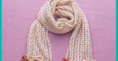 Cachecol de crochê com franja de rosinhas.