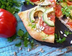 Пицца с авокадо и семечками  Пицца с авокадо звучит как то странно, правда? Но! Оливковое масло с горчинкой, хрустящие семечки и пряная зелень делают пиццу просто волшебной. Попробуйте сделать такую и расскажите нам в комментариях, что у вас получилось. #едимдома #пицца #рецептыпиццы #интересныерецепты #рецепт #кулинария #полезнаяеда #авокадо