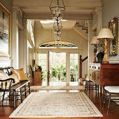 Un espacio así sería ideal para la entrada. El tamaño y tipo de puerta, los colores, y el mueble pudiera ser así también