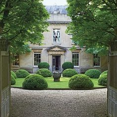 Anouska Hempel's Historic Manor in the English Countryside The main entrance gate of an English country estate opens to a view of its Georgian façade.The main entrance gate of an English country estate opens to a view of its Georgian façade. Cole Park, Orangerie Extension, Beautiful Gardens, Beautiful Homes, Garden Frame, Entrance Gates, Main Entrance, Front Gates, Entrance Ideas