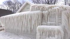 Uma onda de frio no Estado de Nova York deixou uma casa completamente coberta de gelo.O fotógrafo americano John Kucko registrou a cena nas margens do Lago Ontario. A casa foi coberta com água levada do lago pelos ventos gelados.Com a queda da temperatura, o lugar transformou-se numa espécie de gelei