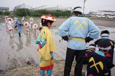 平成26年5月25日『お田植え行事』の 早乙女奉仕者(奥)と押切田植踊りの方達(手前)。ブログ「いんぎら~っと しまっし」様より掲載許可をいただきました。