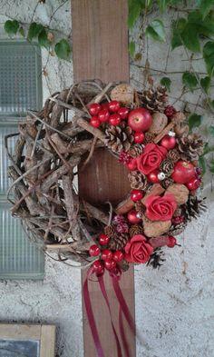 Tradiční+vánoční+věnec+Tradiční+vánoční+věnec-šišky,umělá+jabličká,skořice,ořechy,umělé+růže,baňky.+Velikost+32cm. Christmas Diy, Christmas Wreaths, Holiday Decor, Ideas, Home Decor, Decoration Home, Room Decor, Home Interior Design, Thoughts