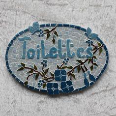 """Plaque de porte en mosaïque """"toilettes"""" tons bleus, branche fleurie et deux papillons."""