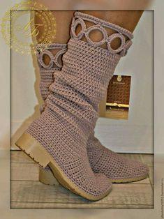 Lindo.. Crochet Boot Socks, Crochet Boots Pattern, Crochet Slipper Boots, Knit Shoes, Shoe Pattern, Crochet Shoes, Crochet Slippers, Crochet Clothes, Pikachu Crochet