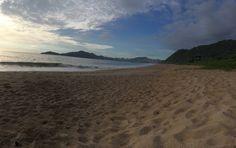 É grande a energia na praia do côco de manhã As ondas batem forte Da pra sentir no peito o barulho que reverbera do mar